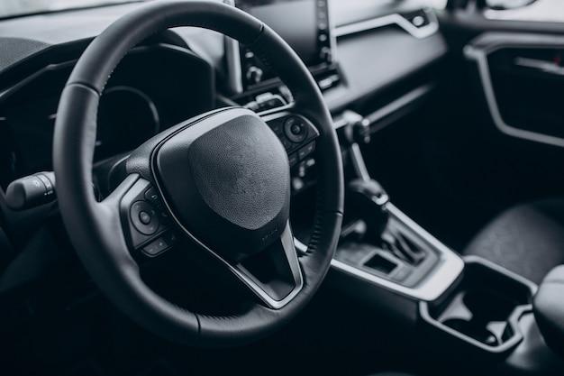 Detalles del automóvil cerca del coche nuevo