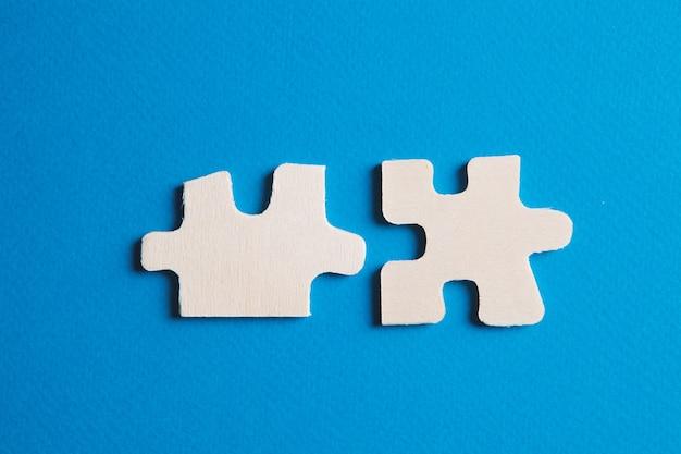 Detalles blancos del rompecabezas sobre fondo azul.