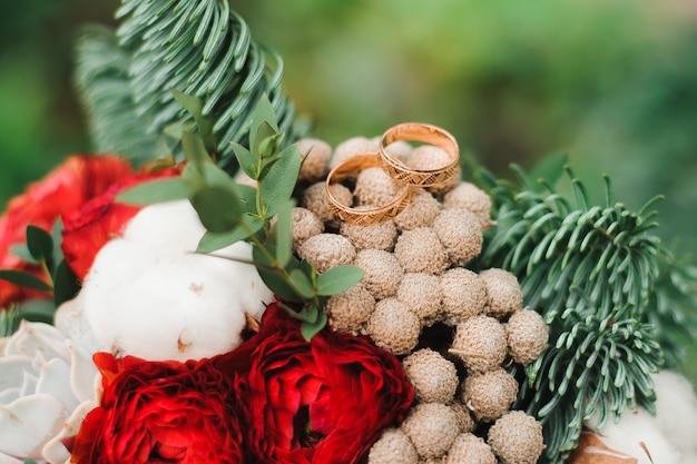 Detalles de boda, anillos de boda como símbolo de vida feliz