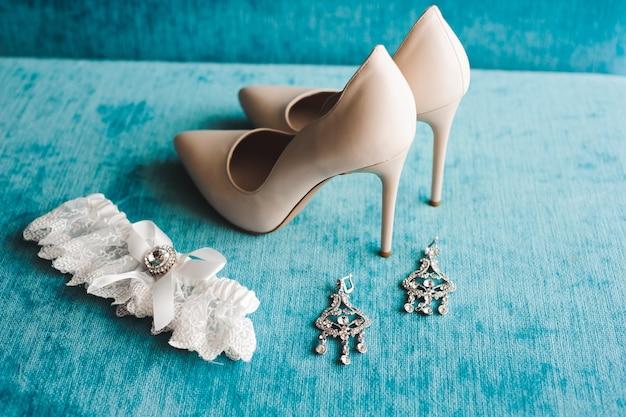 Detalles de la boda de la novia: zapatos de boda como fondo