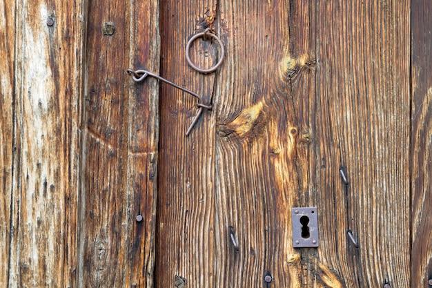 Detalles del cierre de una puerta de madera de un pueblo.