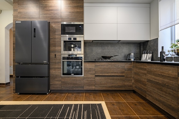 Detalles de cocina de lujo moderno grande marrón oscuro gris y negro