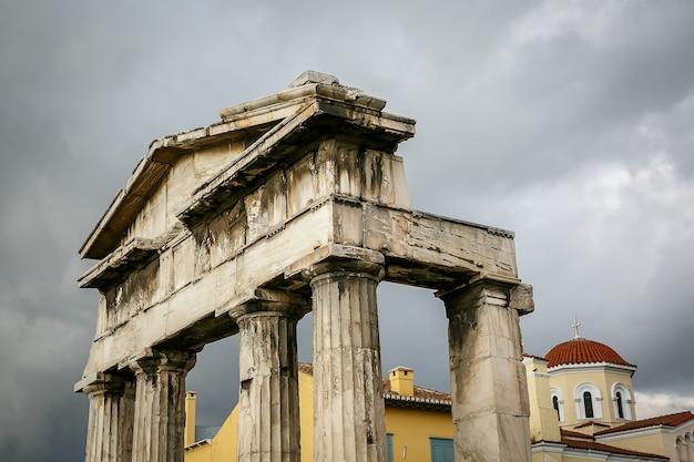 Detalles de columnas antiguas. arco en atenas
