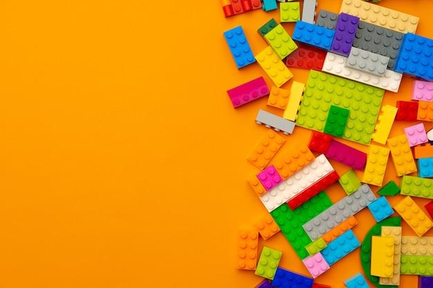 Detalles del constructor de juguetes para niños esparcidos en amarillo
