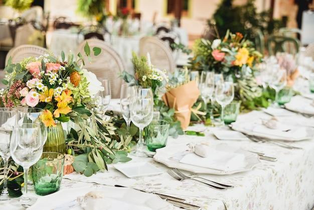 Detalles decorativos florales de la pieza central de un restaurante de bodas en estilo retro.