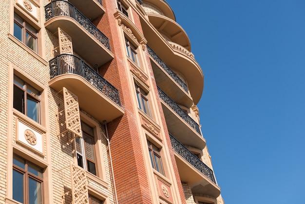 Detalles del edificio en construcción. diseño moderno de complejo de apartamentos