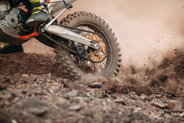 Detalles de escombros en una carrera de motocross.