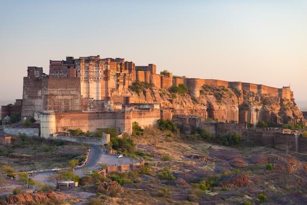 Detalles del fuerte de jodhpur al atardecer.