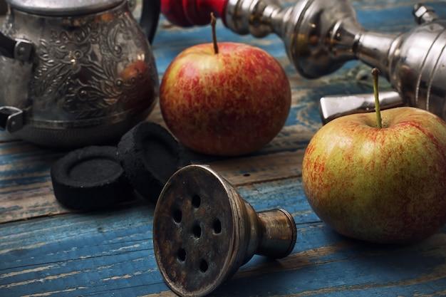 Detalles de fumar narguile sobre fondo de manzanas