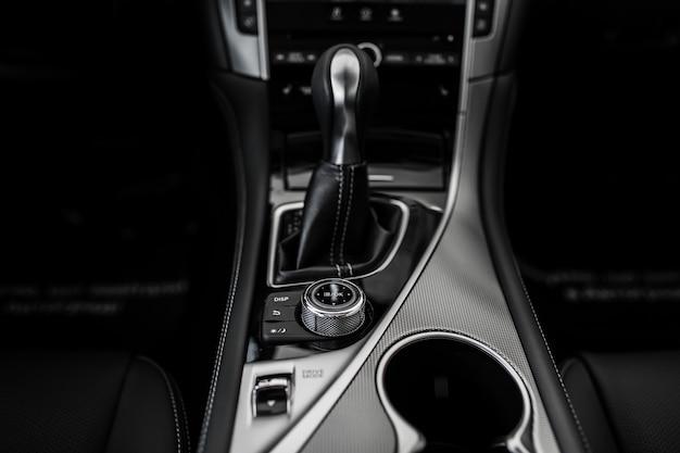 Detalles del interior elegante del automóvil, interior de cuero, transmisión de vista