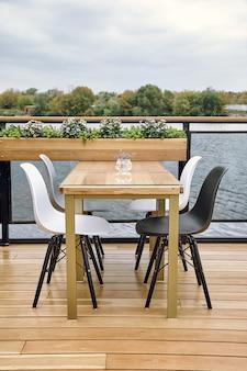 Detalles interiores del restaurante en el barco. concepto de diseño interior de un restaurante en un barco.