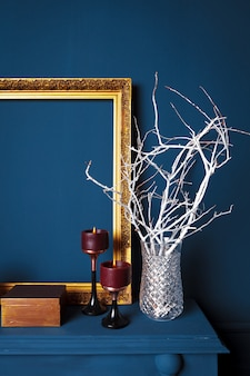Detalles modernos de la sala de estar de color azul oscuro