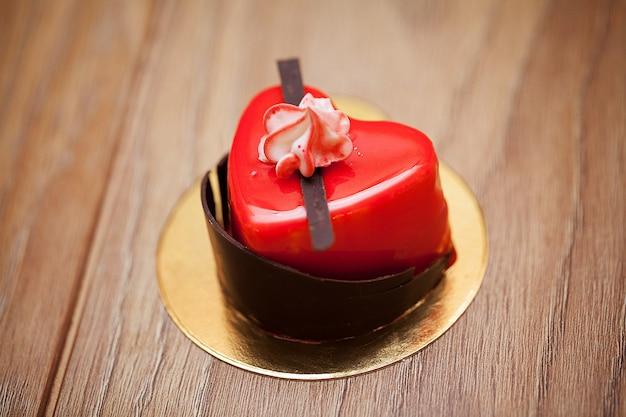 Detalles de un pastel en forma de corazón.