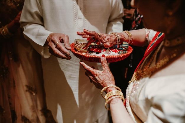 Detalles del rito tradicional indio con foco en las manos