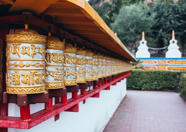 Detalles templo budista dag shang kagyu en panillo huesca aragón españa