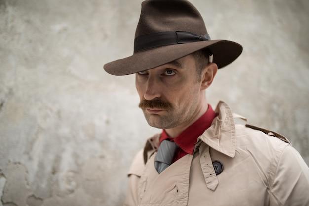 Detective espía hombre caminando en una ciudad