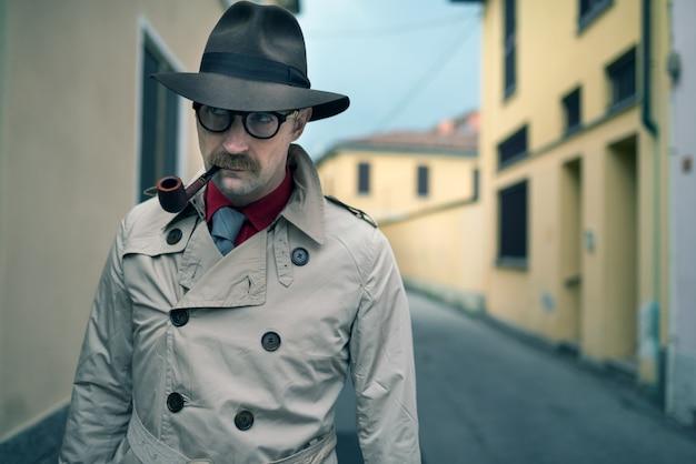 Detective hombre espía caminando en una ciudad
