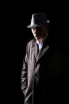 Detective en sombrero
