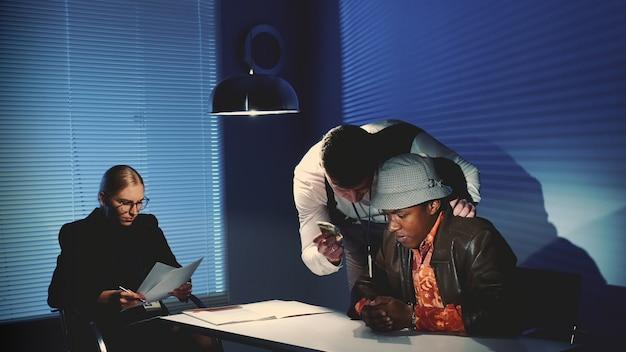 El detective usa la fuerza para interrogar al acusado.