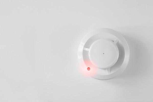 Detector de humo y detector de incendios sobre un fondo blanco.