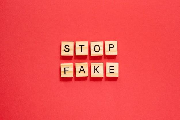 Detener palabras falsas escritas con letras scrabble
