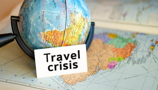 Detener el turismo y la crisis de viajes debido a la pandemia covid-19, la terminación de vuelos y tours para viajar. texto en una mano sobre el fondo del mapa de américa