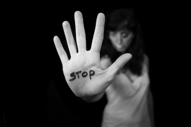 Detener la violencia contra las mujeres. mano diciendo parada