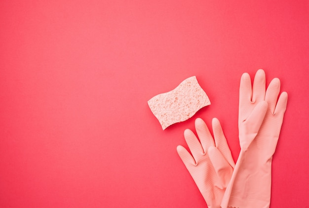 Detergentes y accesorios de limpieza en color pastel.