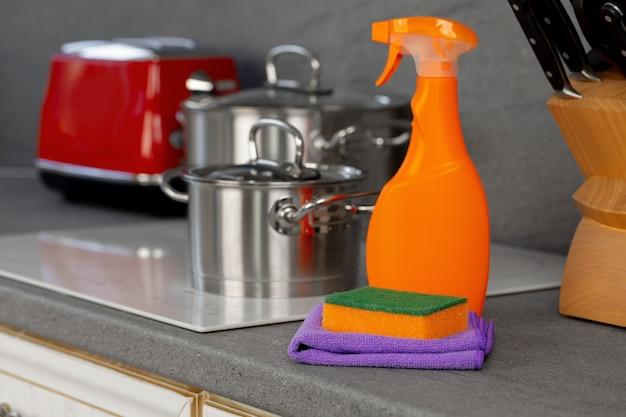 Detergentes y herramientas de limpieza en una encimera de cocina