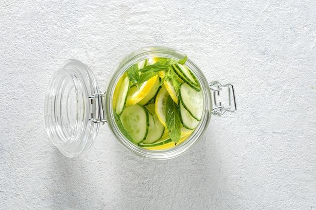Detox bebe agua de pepino en la vista superior de cristal. concepto de dieta