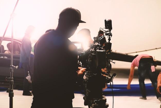 Detrás de la cámara de video en la producción de películas o películas en un trípode y equipo profesional que dispara