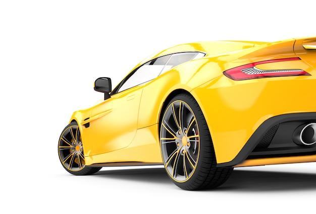 Detrás de un coche de lujo amarillo aislado en blanco