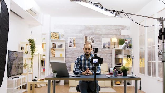 Detrás de escena de la famosa grabación de vloggers para redes sociales. joven creativo.