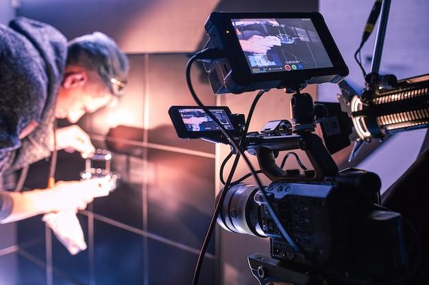 Detrás de escena de filmar películas o productos de video y el equipo de filmación del equipo de filmación en el set en el pabellón del estudio de cine.