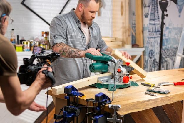 Detrás de escena de producción para filmación de video de equipos de cámara, la escena establecida con el trabajador