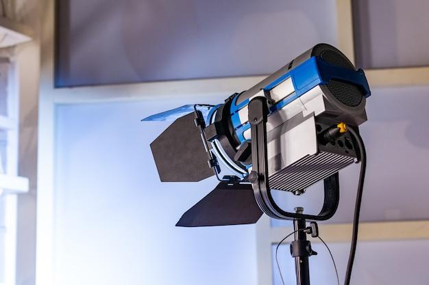 Detrás de escena de la producción de video o grabación de video en el lugar del estudio con el equipo de cámara del equipo de filmación