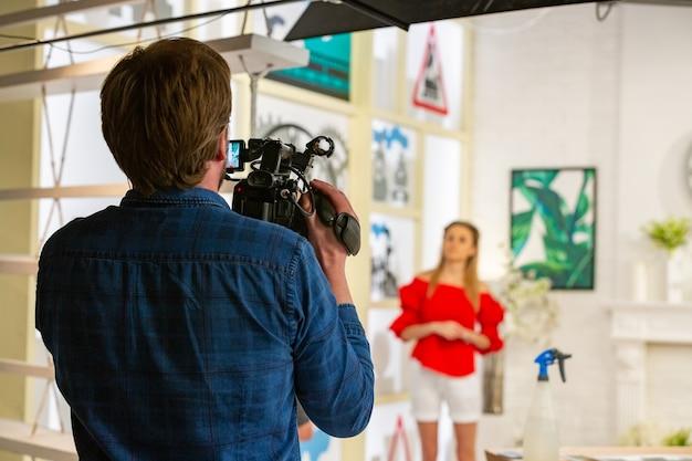 Detrás de escena de producción de video o grabación de video en el lugar del estudio con el equipo de filmación