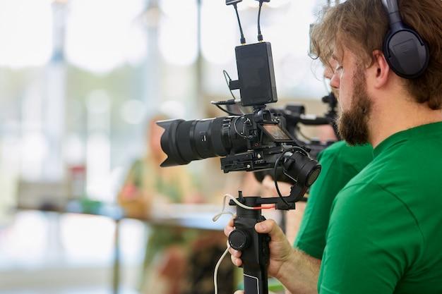 Detrás de escena de rodaje de películas o producción de video y equipo de filmación con equipo de cámara en exteriores.