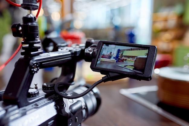Detrás de escena de rodaje de películas o producción de video y equipo de filmación con equipo de cámara