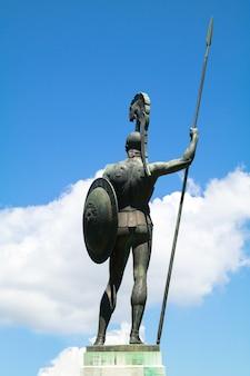 Detrás de la estatua de aquiles en el palacio achilleion en la isla de corfú, grecia