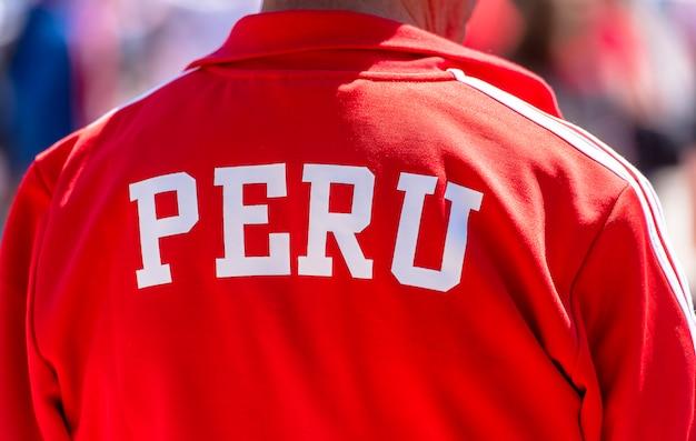 Detrás del fanático del fútbol vestido con una camisa roja deportiva perú