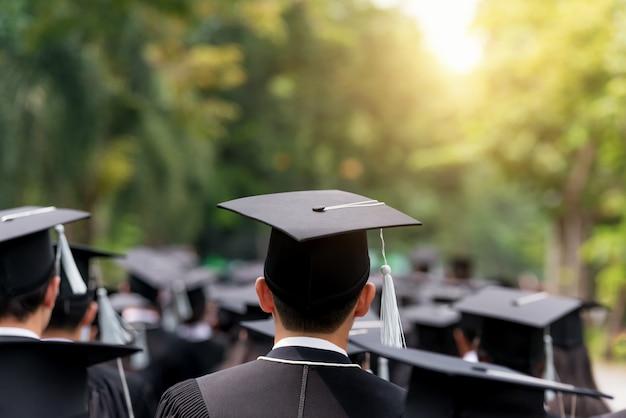 Detrás de los graduados durante el comienzo de la universidad.