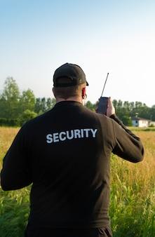 Detrás de un guardia de seguridad