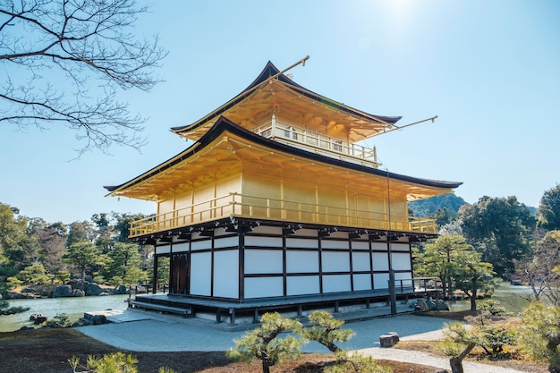 Detrás del templo gingakuji de oro en kioto, japón