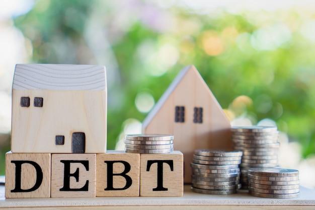 Deuda casera, concepto financiero hipotecario con monedas