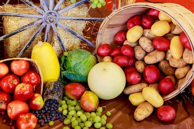 Día de acción de gracias frutas verduras composición de otoño calabazas y maíz