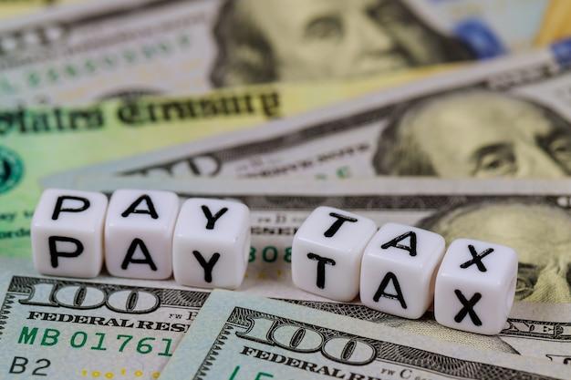 Día americano pagar impuestos con cheque de devolución de impuestos económicos de estímulo y billetes en efectivo en dólares estadounidenses