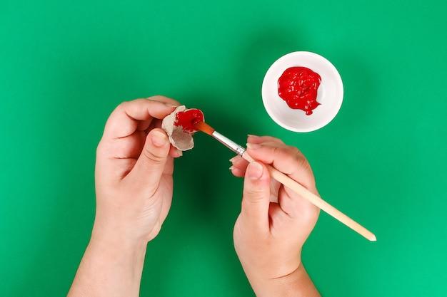 Día de anzac de la amapola roja de la guirnalda de diy, recuerdo, recuerde, día de conmemoración hecho de las bandejas de cartón del huevo.