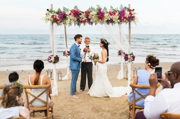 Día de la boda de la joven pareja caucásica