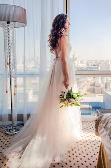 Día de la boda. retrato de novia hermosa con ramo
